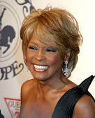 LOS ANGELES - 26 de OCT: Whitney Houston llega a la bola del carrusel de esperanza en el Beverly Hilton Hotel