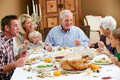 Multi generación familiar celebrando Thanksgiving