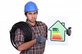 Electricista con información de calificación energética