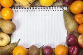 Постер, плакат: Спиральные книга посреди фрукты