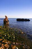 Vista do mar mediterrânea azul e rochas na praia